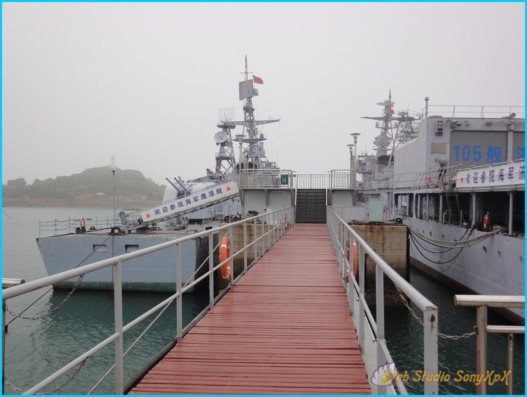 А когда выходишь, то перед тобой море и много-много кораблей разных форм, содержаний и назначений.